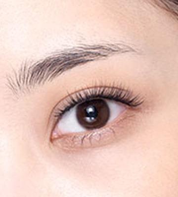 Làm sạch dầu ở khu vực quanh mắt và chải đều lông mày.