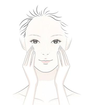 Ấn vòi bơm hai đến ba lần vào tay và mát xa dầu lên khuôn mặt khô trong 30 giây.